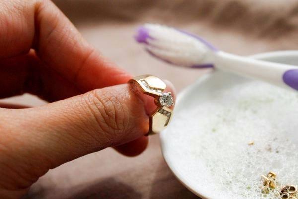 Чистка золотого кольца с камнем